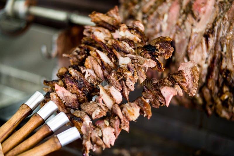 Il kebab Doner di Cag del turco sugli spiedi in legno ha infornato il forno immagini stock