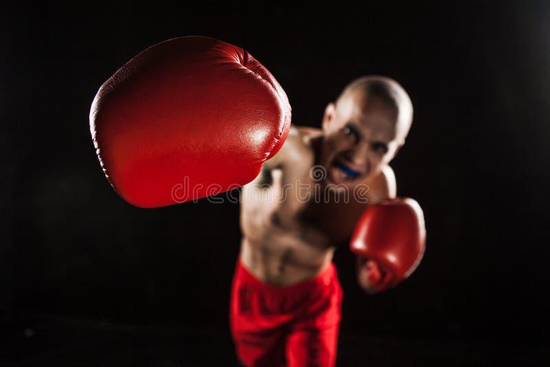 Il kickboxing del giovane sul nero con il kapa in bocca fotografie stock libere da diritti