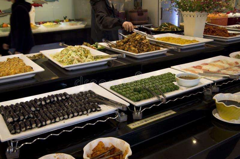 Il kimbap coreano dei sushi arriva a fiumi il ristorante del buffet immagini stock libere da diritti