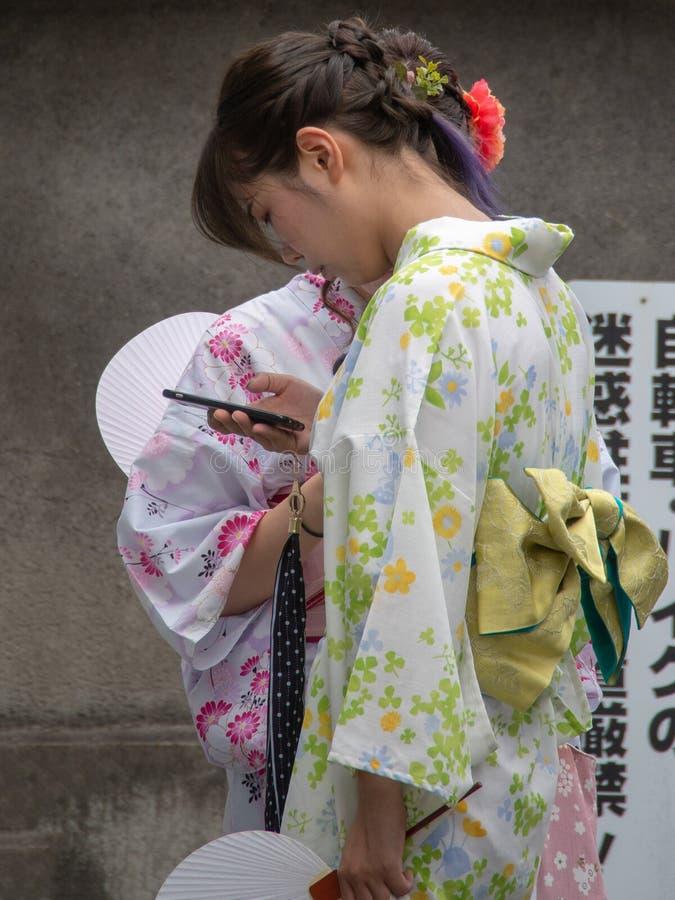 Il kimono ha vestito le ragazze a Kyoto, Giappone immagini stock