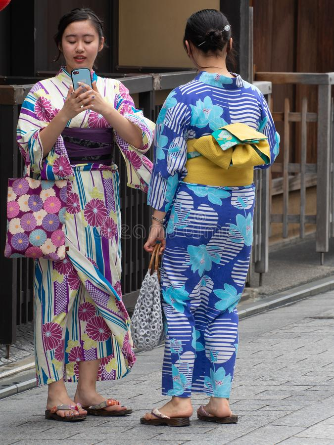 Il kimono ha vestito le ragazze a Kyoto, Japa immagine stock