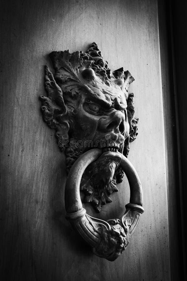 Il knoker della porta su un vecchio wodden la porta immagini stock