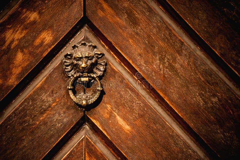 Il knoker della porta su un vecchio wodden la porta immagine stock libera da diritti