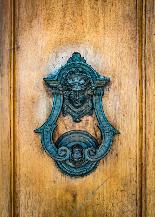 Il knoker della porta su un vecchio wodden la porta fotografia stock