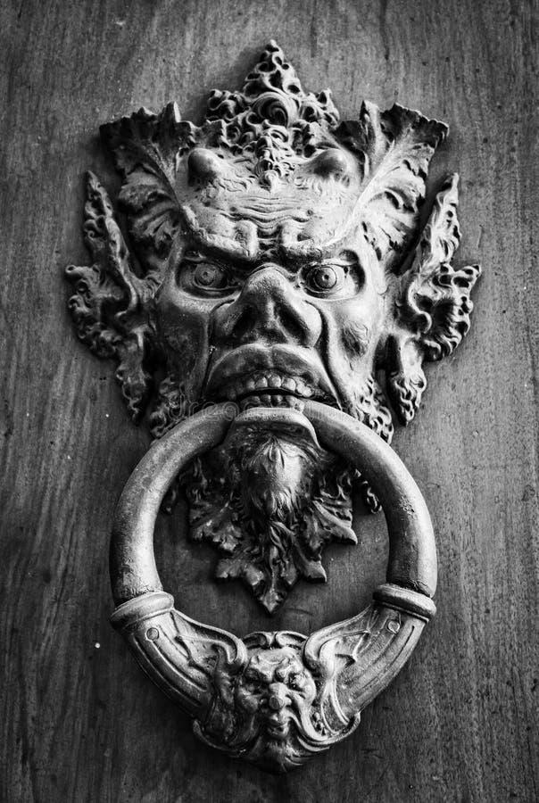 Il knoker della porta su un vecchio wodden la porta immagini stock libere da diritti