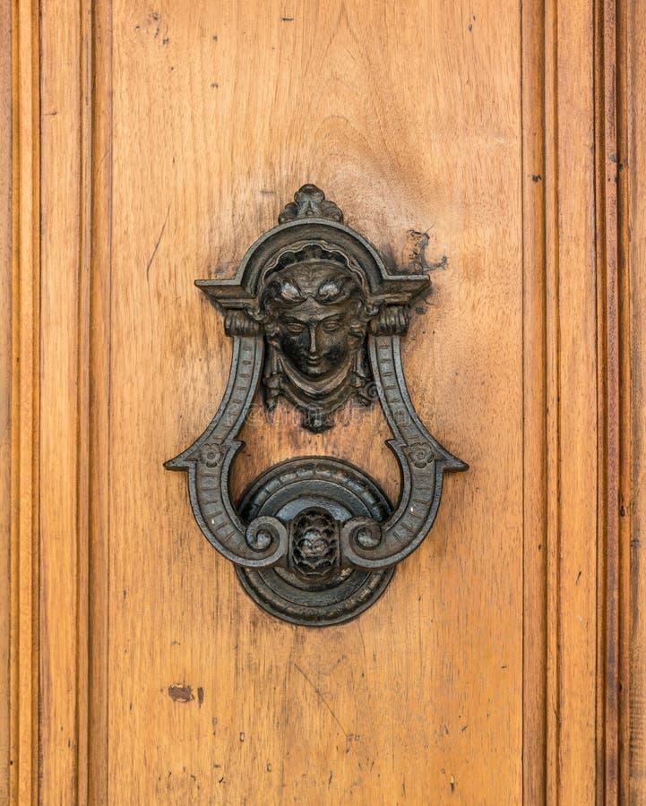 Il knoker della porta su un vecchio wodden la porta fotografie stock