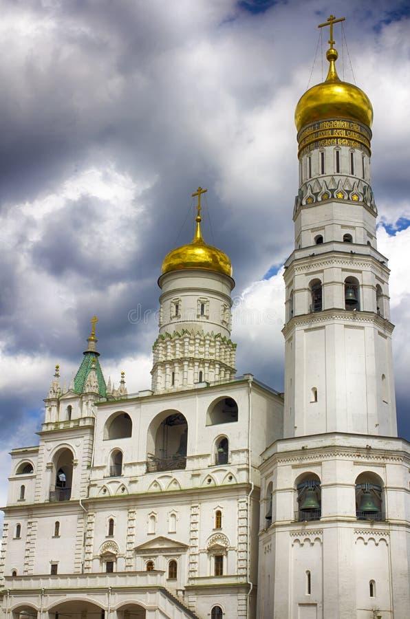 Il Kremlin, Mosca Quadrato della cattedrale, Ivan il grande campanile e la chiesa di St John John Climacus immagine stock libera da diritti
