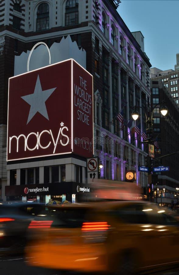 Il ` la s New York Herald Square Midtown Manhattan Macys di Macy accende le automobili di traffico di sera fotografia stock