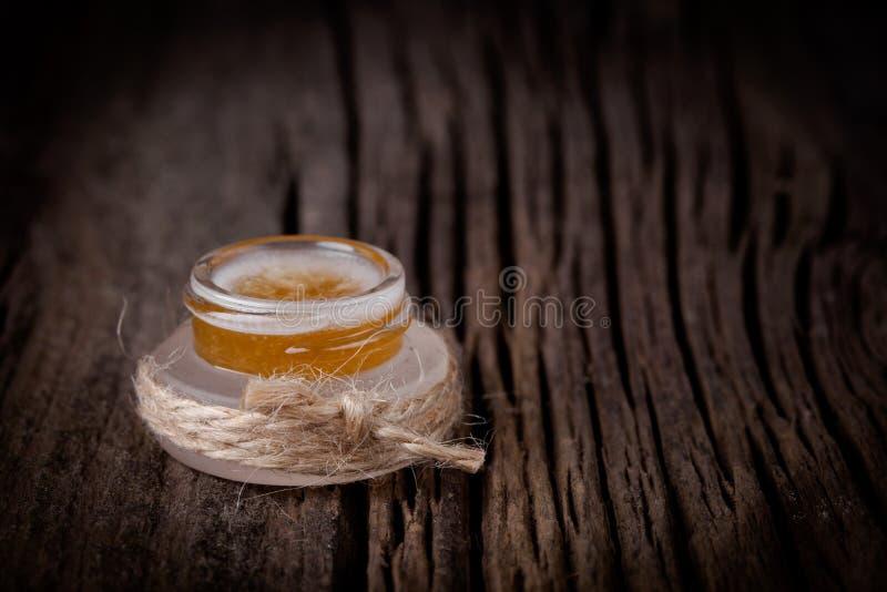 Il labbro diy naturale dello zucchero, del miele e dell'olio di cocco sfrega fotografie stock libere da diritti