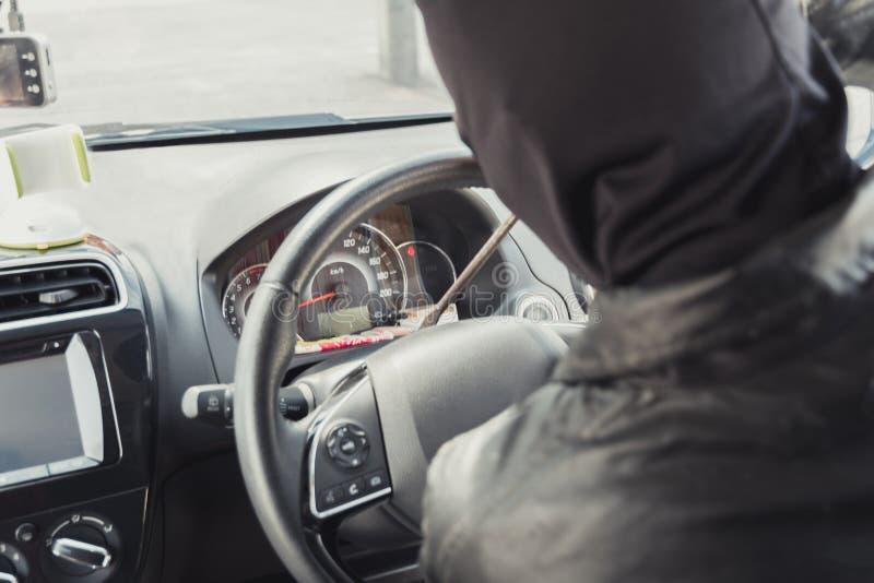 Il ladro ed il ladro dirotta l'automobile fotografie stock libere da diritti