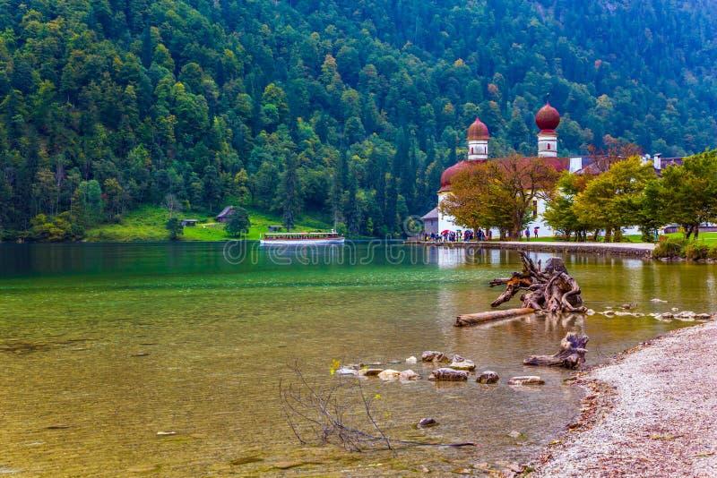 Il lago ? circondato dalle foreste immagini stock