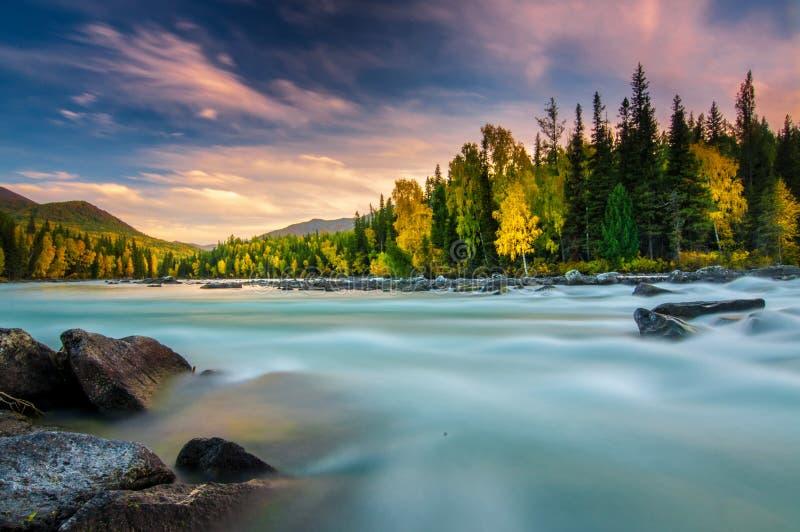 Il lago all'autunno, Xinjiang, Cina Kanas immagini stock
