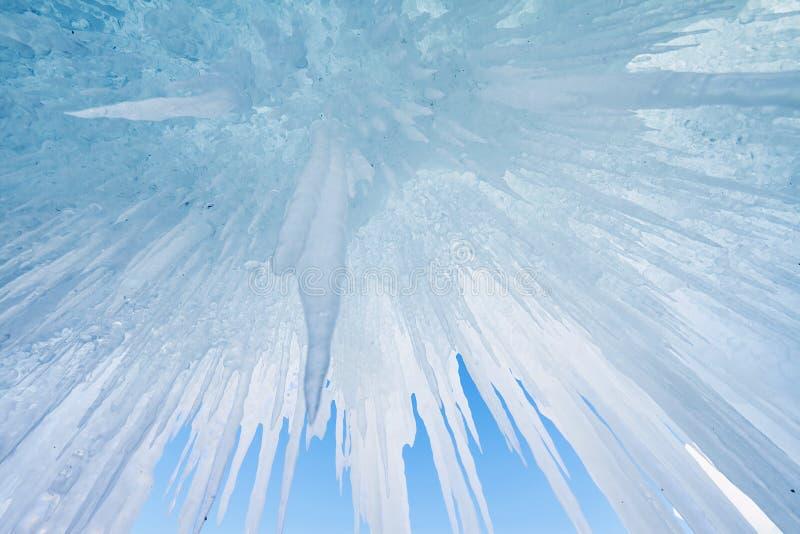 Il lago Baikal è coperto di ghiaccio e di neve, il forte freddo, cle spesso immagine stock libera da diritti
