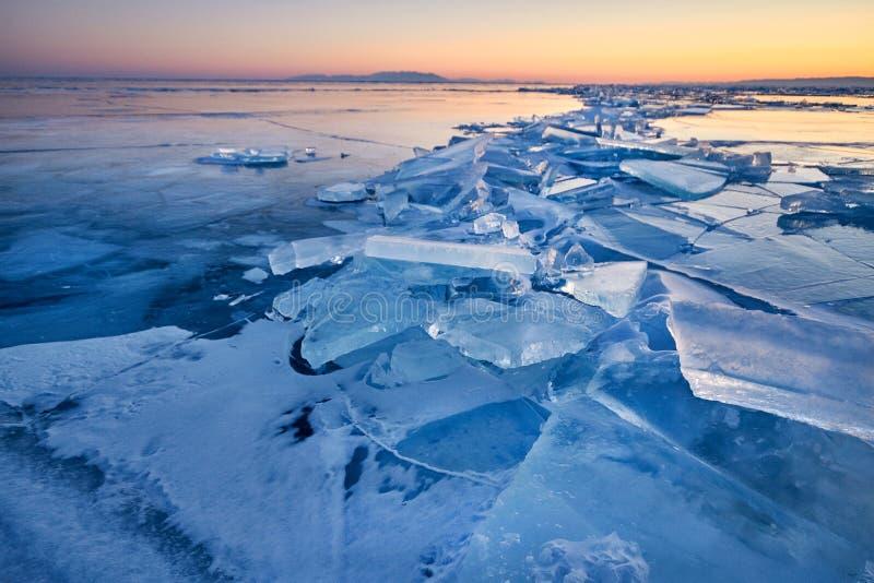 Il lago Baikal è coperto di ghiaccio e di neve, il forte freddo, cle spesso fotografia stock libera da diritti