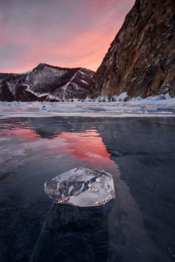 Il lago Baikal al tramonto, tutto è coperto di ghiaccio e di neve, fotografie stock libere da diritti