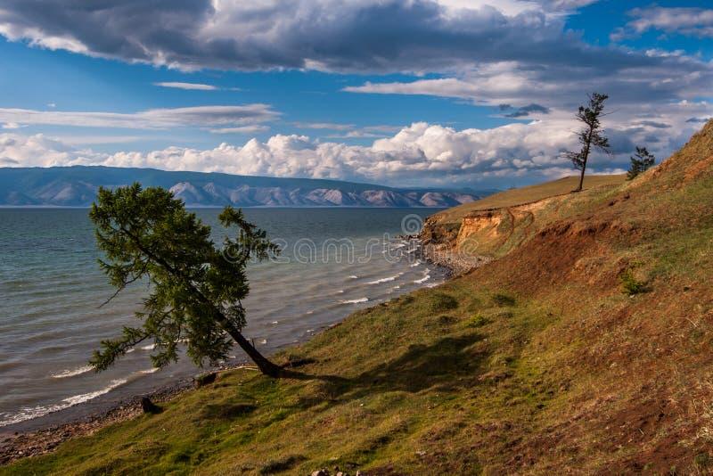 Il lago Baikal con le montagne nei precedenti e le belle nuvole e luce fotografia stock