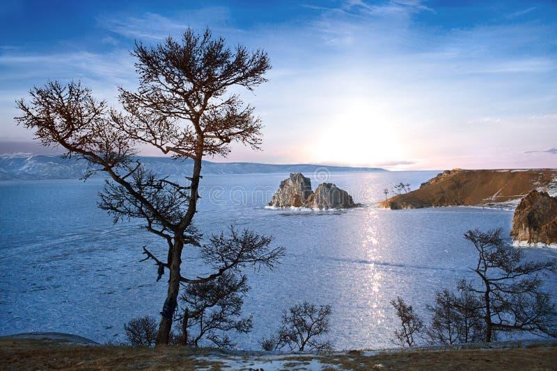 Il lago Baikal nell'inverno fotografie stock