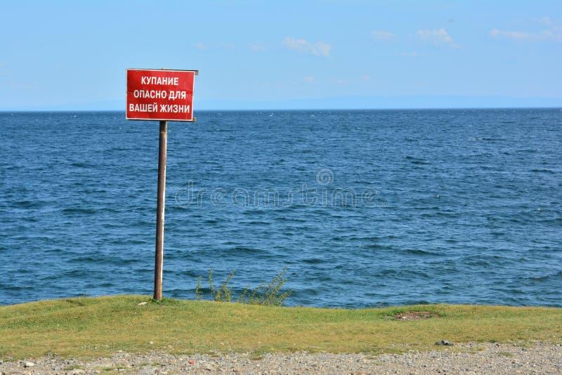 Il lago Baikal, un segno-nuoto è pericoloso per la vostra vita immagine stock