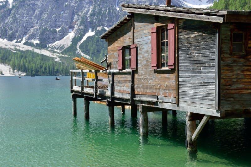 Il lago Braies è un posto molto indicativo nelle dolomia immagini stock