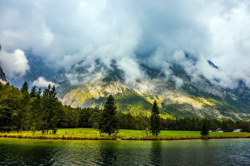 Il lago ? circondato dalle alte montagne fotografie stock libere da diritti