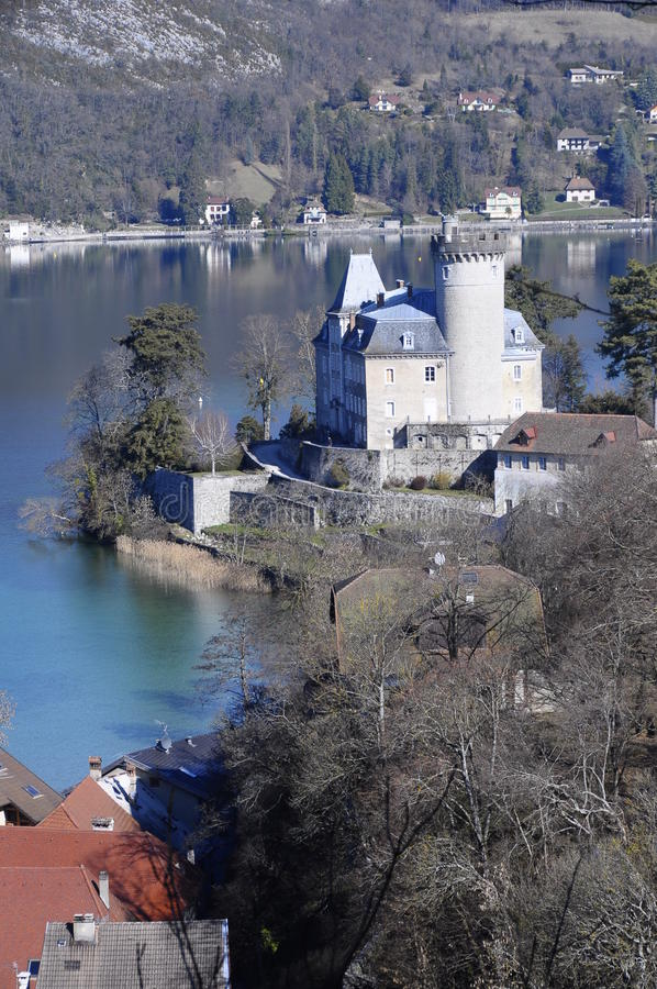 Il lago e Duingt annecy fortificano, Savoia, Francia fotografia stock