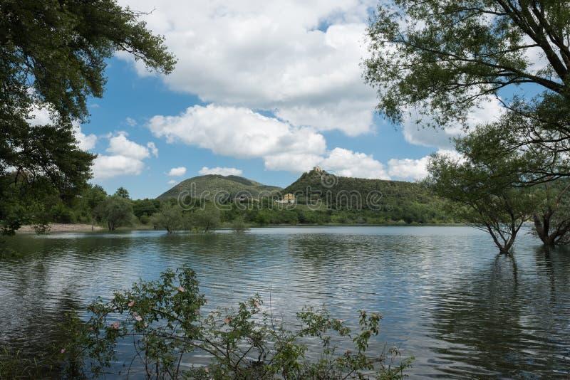 Il lago fantastico di Lago di Casoli immagine stock
