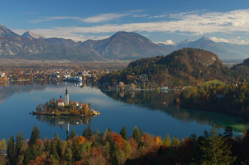 Il lago ha sanguinato, isola sanguinata e presupposto di vergine Maria, Slovenia - immagine della chiesa di autunno fotografia stock libera da diritti