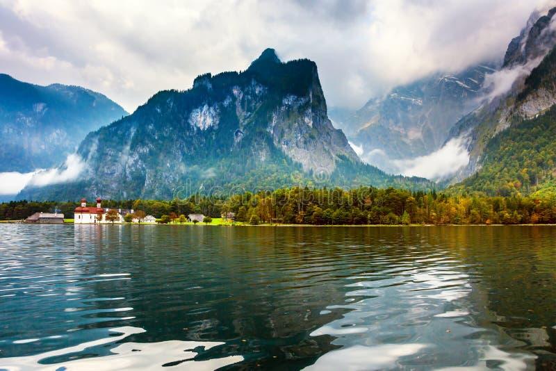 Il lago Königssee è circondato dalle montagne immagine stock
