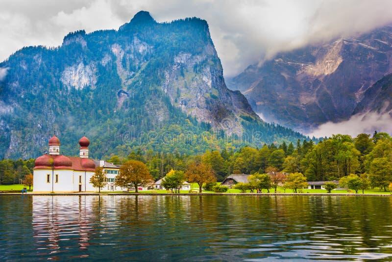 Il lago Königssee è circondato dalle montagne immagine stock libera da diritti