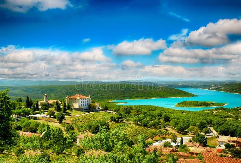 Il lago Lac de Sainte-Croix Lake ha chiara ciano acqua fotografie stock