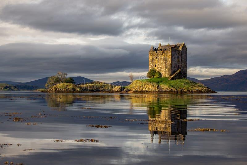 Il lago Linnhe negli altopiani scozzesi è domestico fortificare l'inseguitore fotografia stock libera da diritti