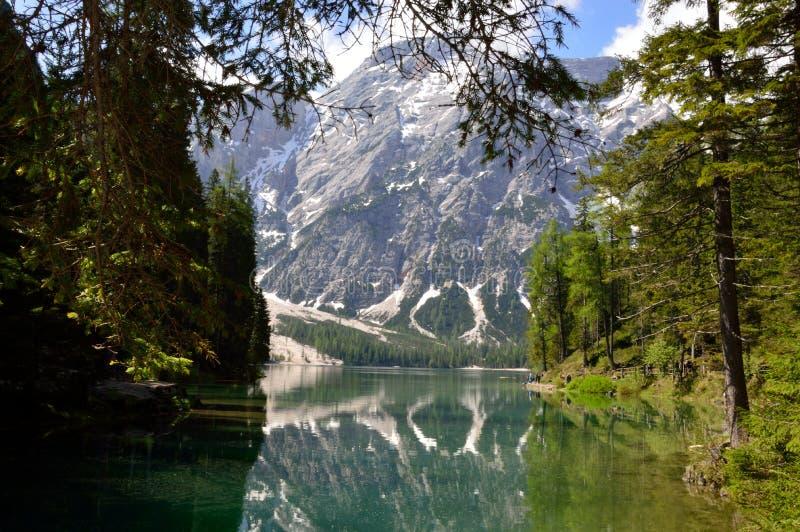 Il lago meraviglioso Braies nelle dolomia in primavera con le montagne ancora coperte in neve fotografie stock