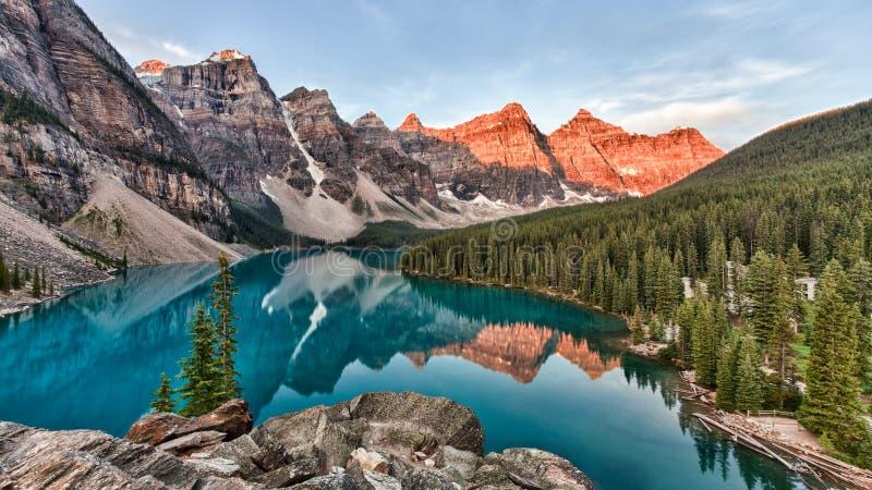 Il lago Moraine nel Parco Nazionale di Banff in Canada è scattato al colore di picco dell'alba fotografie stock libere da diritti