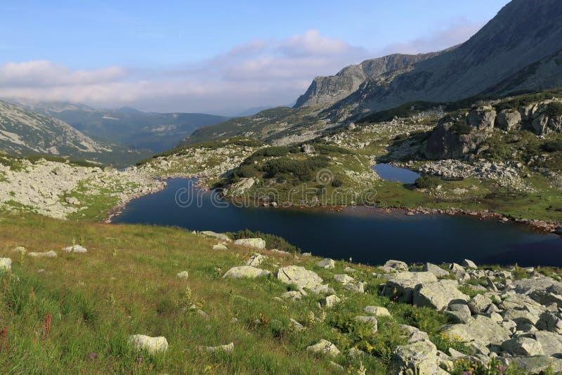Il lago nelle montagne fotografia stock libera da diritti