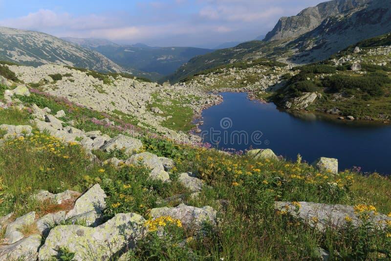 Il lago nelle montagne immagini stock