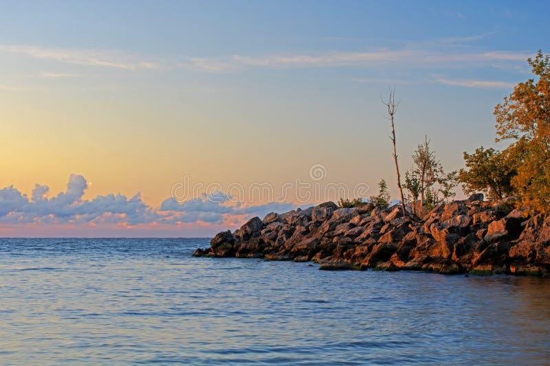 Il lago Ontario Shoreline ad alba fotografie stock