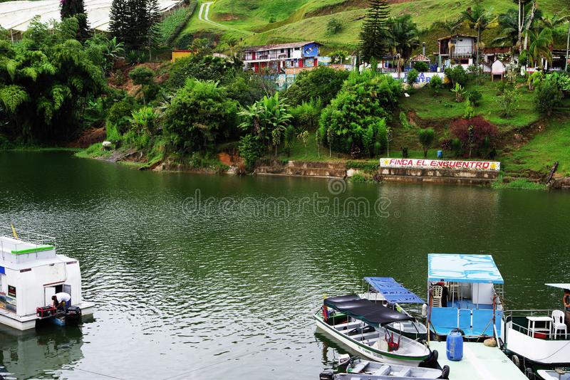 Il lago pittoresco Guatape - EL Penol - nel dipartimento di Antioquia immagini stock