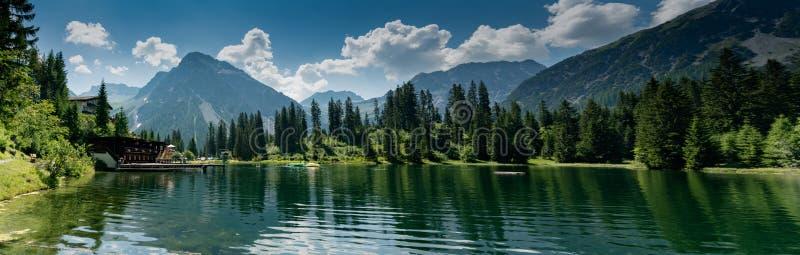 Il lago pittoresco Untersee in Arosa con la piscina pubblica e un grande Mountain View immagine stock