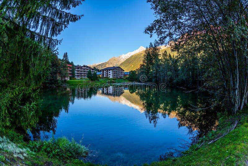 Il lago riflette il cielo blu immagini stock libere da diritti