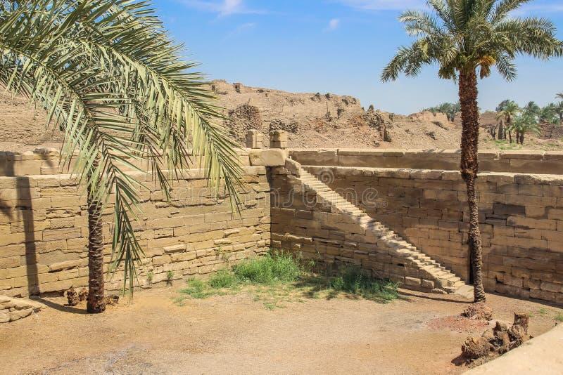 Il lago sacro, anche conosciuto come lo stagno di Cleopatra, a Dendera fotografie stock
