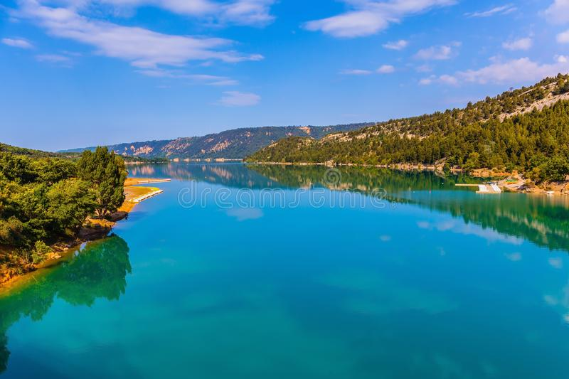 Il lago Sainte-Croix-du-Verdon riflette il cielo fotografie stock libere da diritti