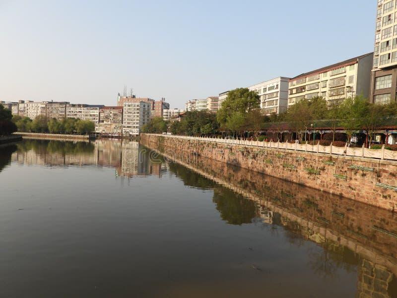 Il lago scorrente ed il corridoio lungo il fiume nel parco fotografia stock libera da diritti