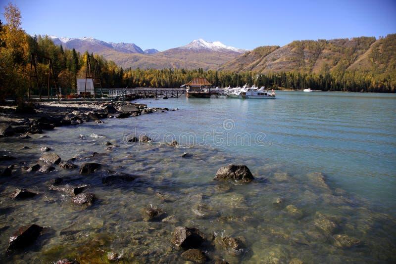 Il lago vicino alla montagna della neve fotografia stock libera da diritti