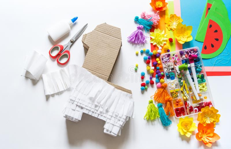 Il lama messicano di Pinata del de Mayo di cinco di Diy ha fatto il cartone e la carta crespa le vostre proprie mani su un fondo
