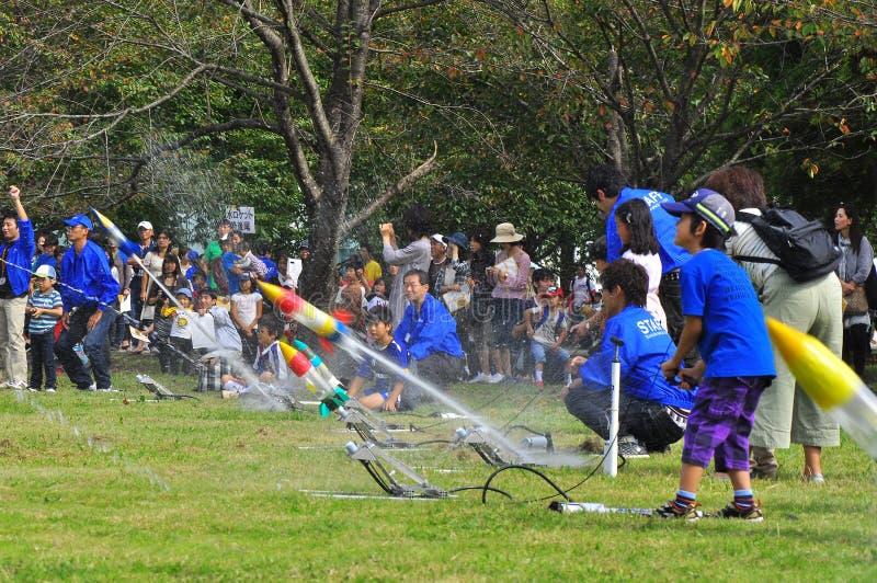 Il lancio di Rocket dai bambini durante il JAXA si apre-hous fotografia stock