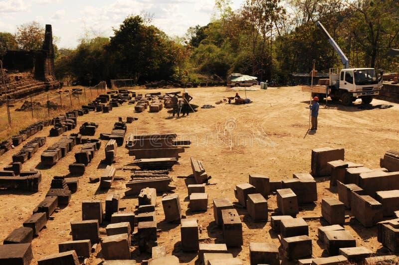 Il Laos: Lavoro archeologico alle rovine khmer storiche delle tempie di che Phou fotografia stock