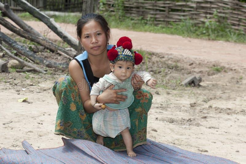 Il Laos, madre asiatica con il bambino Yao immagine stock libera da diritti