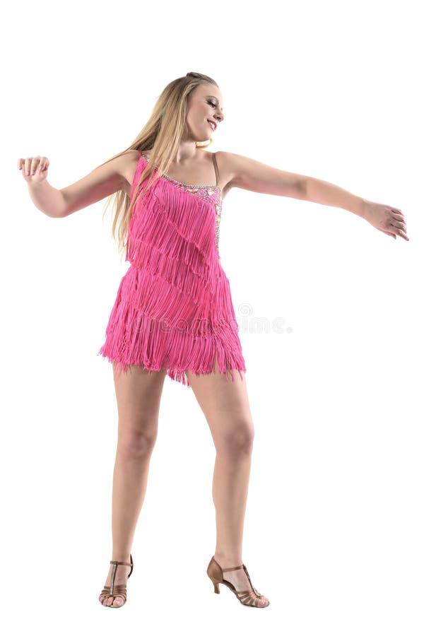 Il latino caucasico sorridente allegro di dancing della donna balla in vestito rosa dalla frangia immagine stock libera da diritti