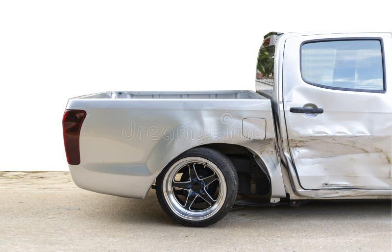 Il lato dell'automobile grigio chiaro di colore con la scelta sul nocivo su e sul rotto su accidentalmente sulla ruota posteriore fotografie stock
