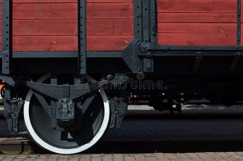 Il lato di vecchia automobile di trasporto di legno marrone con la ruota dei tempi del Unio sovietico fotografie stock